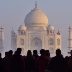 ताजमहल, विश्व के सबसे प्रसिद्ध पर्यटक स्थलों में गिना जाता है।