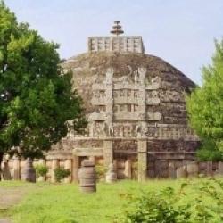 तीसरी शताब्दी में सम्राट अशोक द्वारा बनाया गया मध्य प्रदेश में साँची का स्तूप